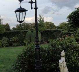 Lantaarnpaal met krul en vierkante gietijzeren hanglamp