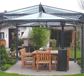 Prieel met gietijzeren ornamenten en een dak dat vervaardigd is uit draadglas